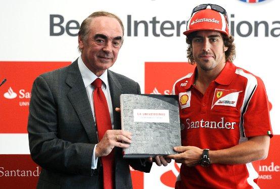 Fernando Alonso a Valencia consegna 100 borse di studio