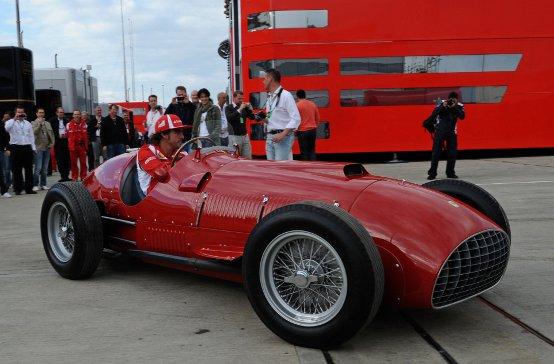 Alonso in pista a Silverstone con la Ferrari 375 F1 del 1951