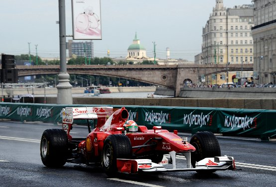 Ferrari: A Mosca la pioggia non spegne la passione