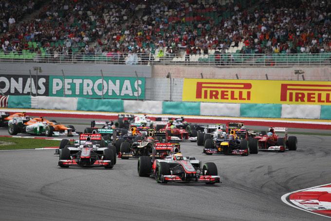 GP Malesia, bandiera rossa per pioggia: Hamilton al comando