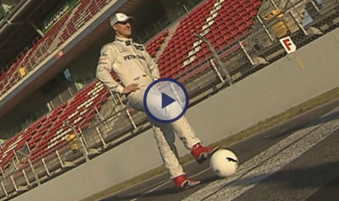 Michael Schumacher e Nico Rosberg mostrano le loro abilità con il pallone