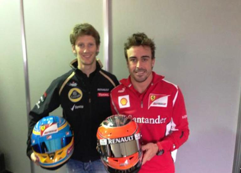 Alonso e il casco di Grosjean