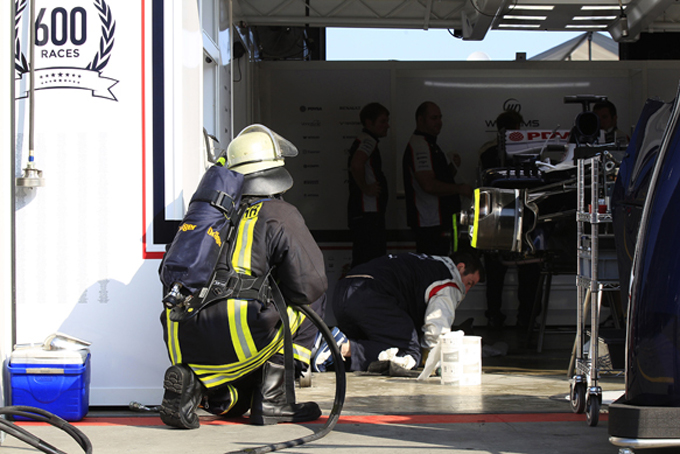 Williams, principio di incendio ai box per guasto KERS