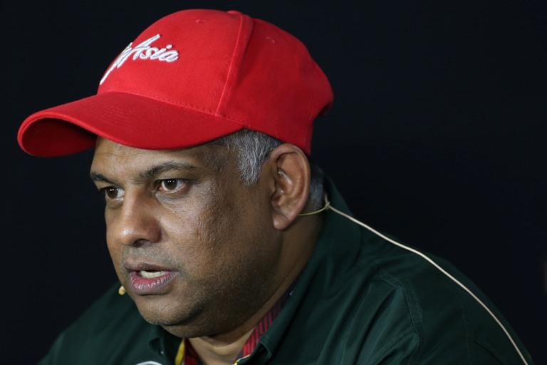 Fernandes vicino alle vittime del volo Air Asia