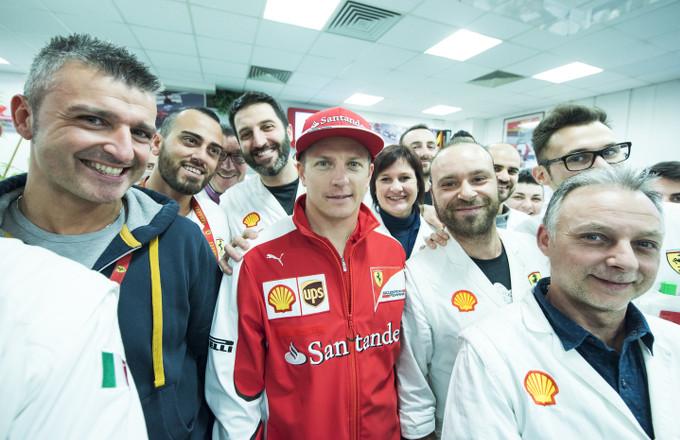 Ferrari F1: Kimi Raikkonen, visita ai reparti della Gestione Sportiva e selfie con il team