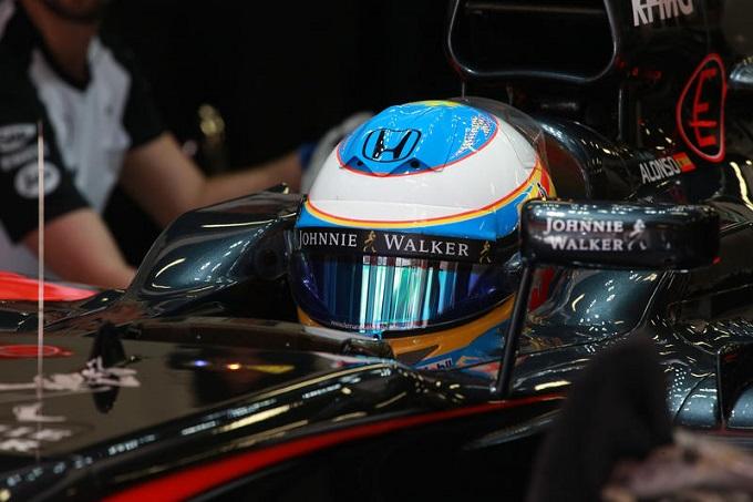 Una visiera a strappo ferma Alonso. La McLaren chiede alla FIA di intervenire sul regolamento