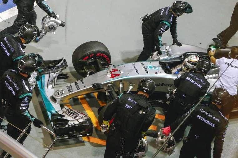 Hamilton rallentato da un problema al turbo