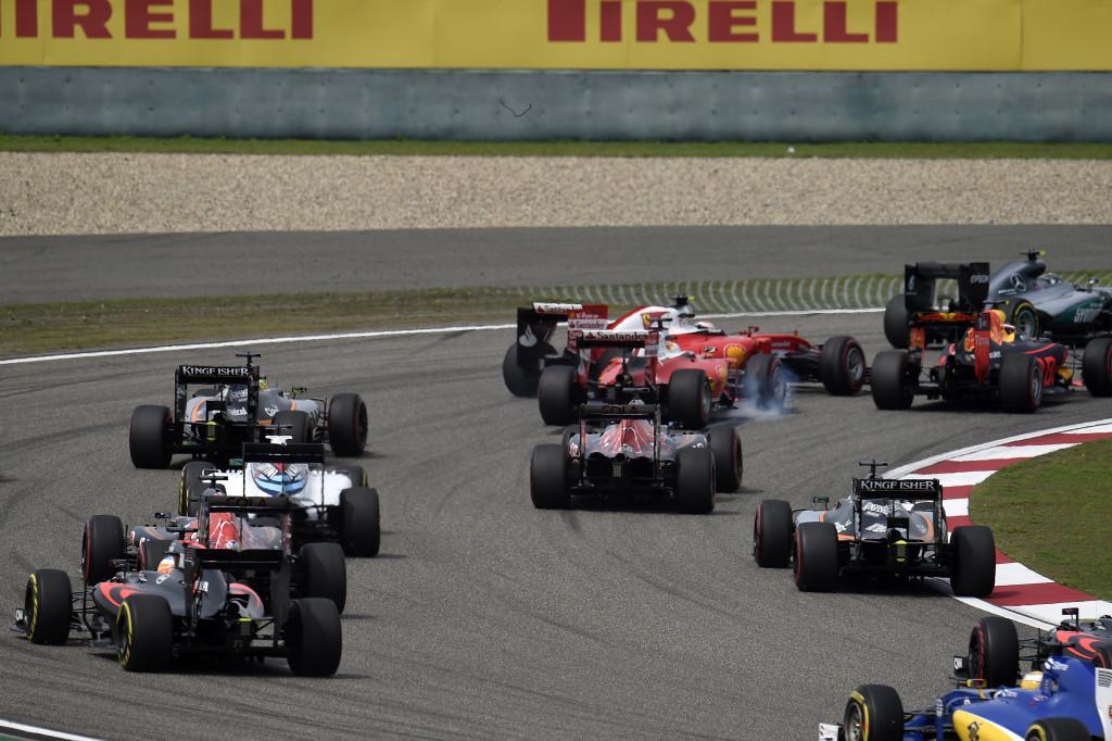 GP Cina – Rosberg col braccio fuori dal finestrino e la rincorsa con autoscontro della Ferrari