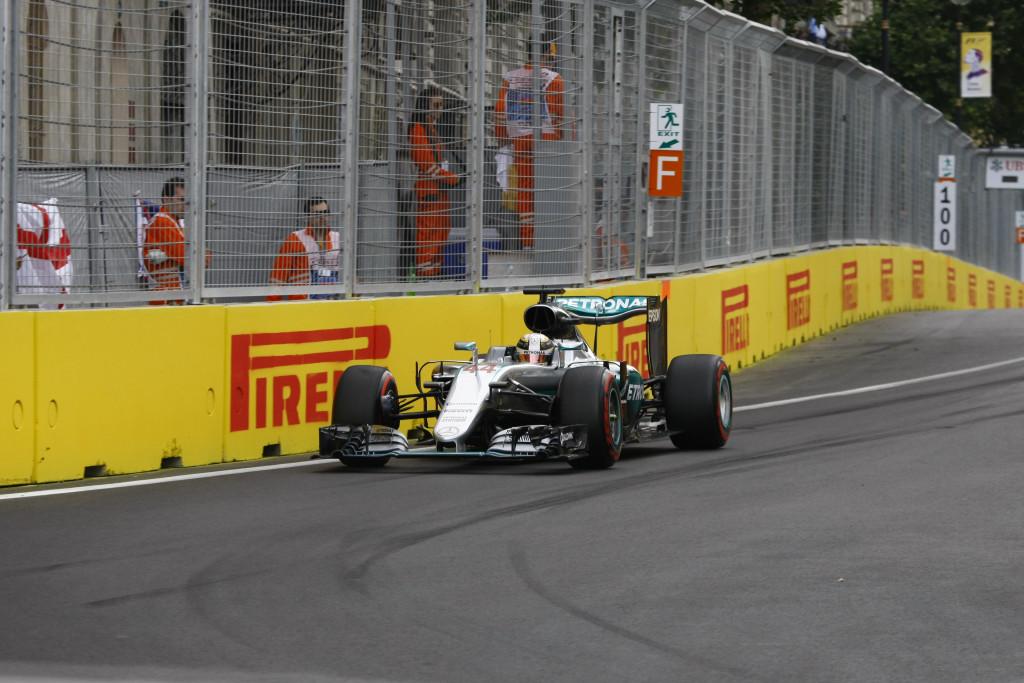 La FIA autorizza la Mercedes a sostituire prima del via le gomme sulla monoposto di Hamilton