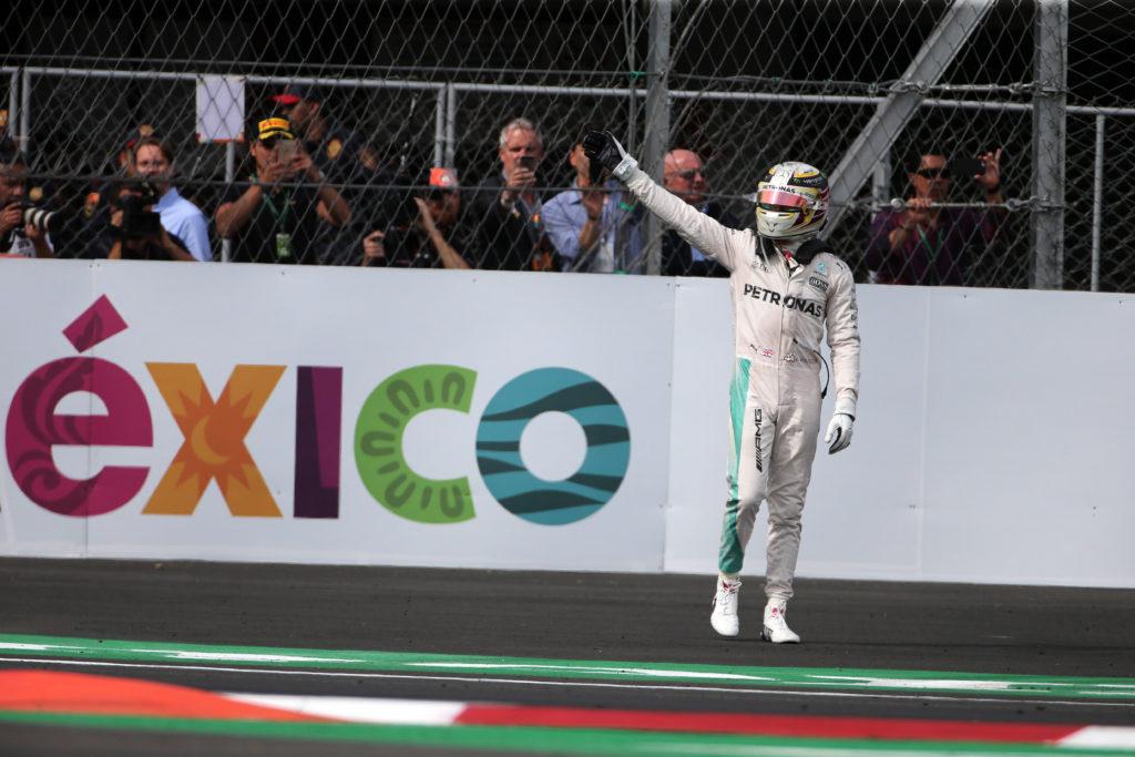 Alain Prost si complimenta con Hamilton per le 51 vittorie