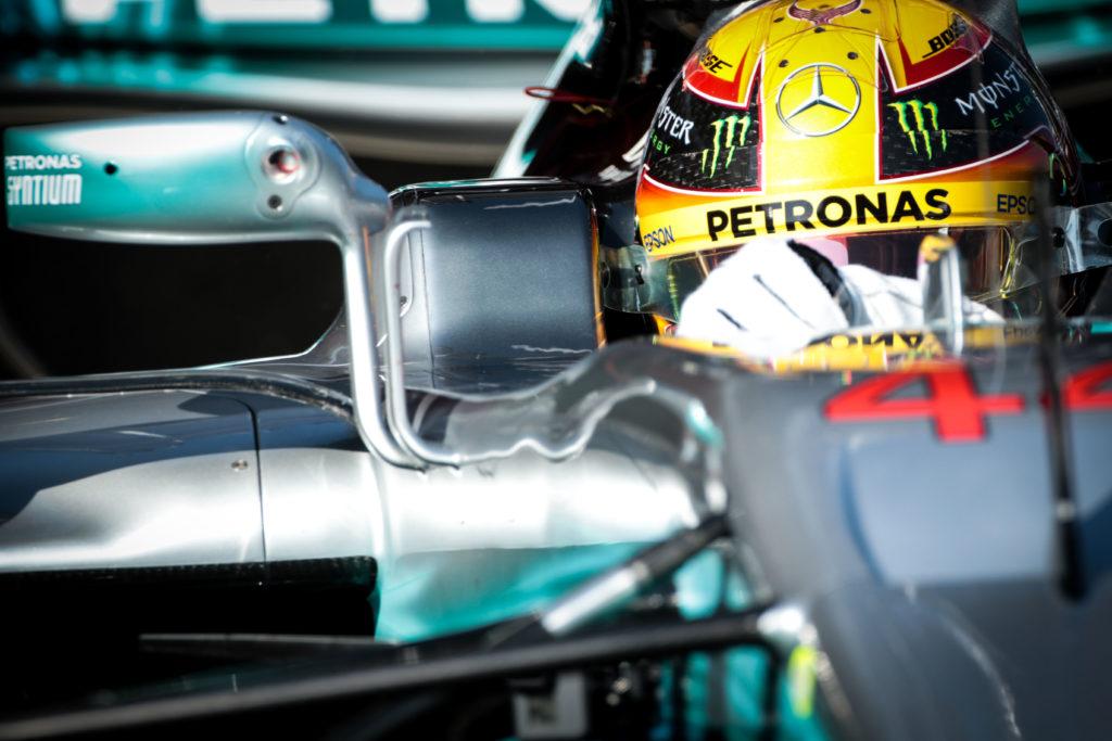 F1 | Lewis Hamilton mostra la sua Mercedes e risponde ai fan