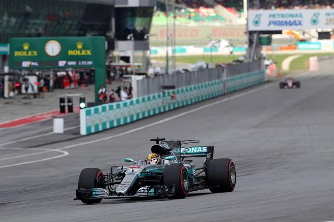 F1 | Pirelli, Lewis Hamilton su Mercedes conquista la pole a Sepang e migliora ulteriormente il record del circuito