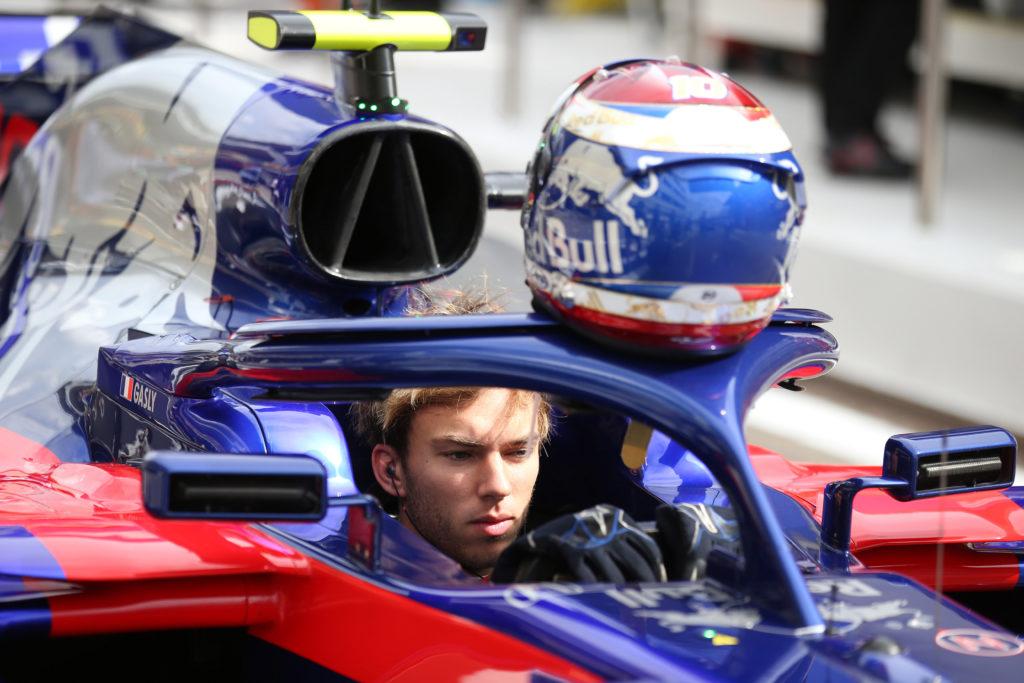 F1 | Gasly, che rischio a Sochi: Ricciardo perde un detrito, colpita la visiera del francese