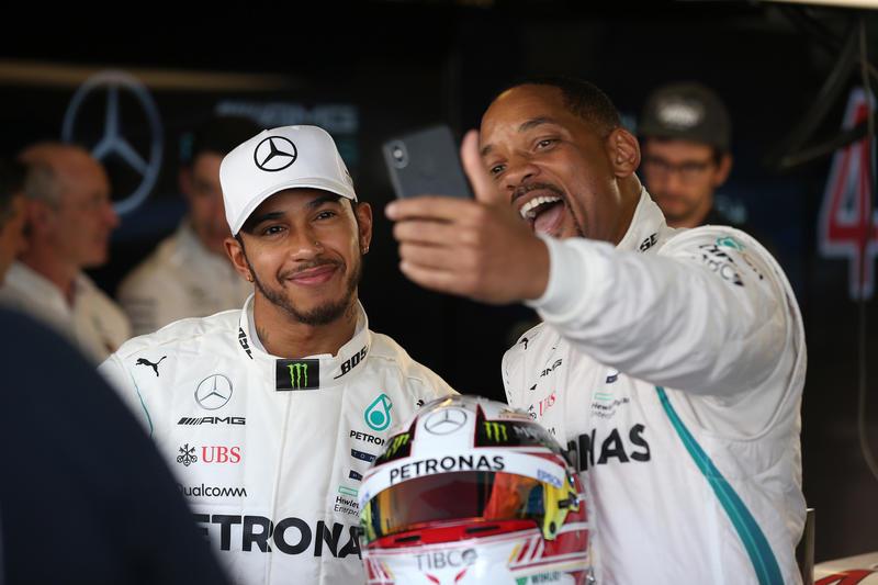 F1   Will Smith, la lezione a Hamilton su come sventolare la bandiera a scacchi