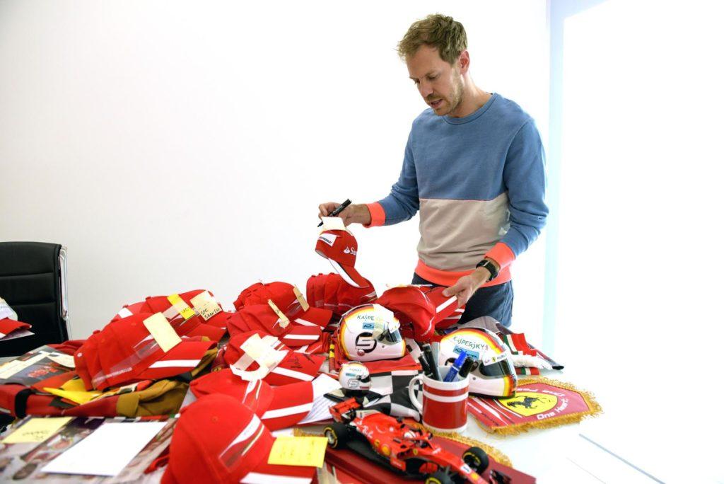 F1 | Ferrari, Vettel a Maranello per firmare caschi e cappellini da consegnare ai fans club