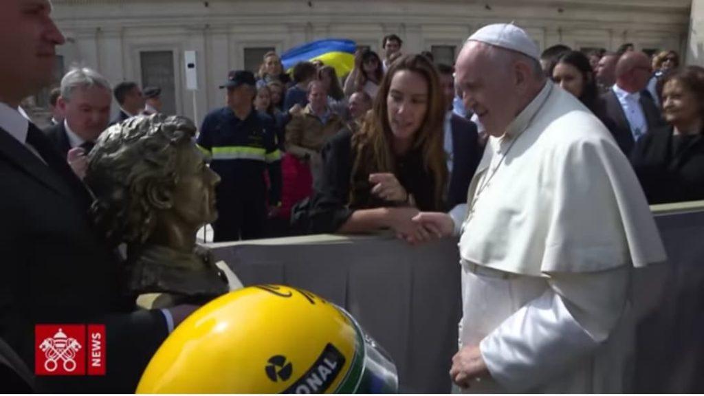 F1 | Papa Francesco omaggiato con busto e casco di Ayrton Senna