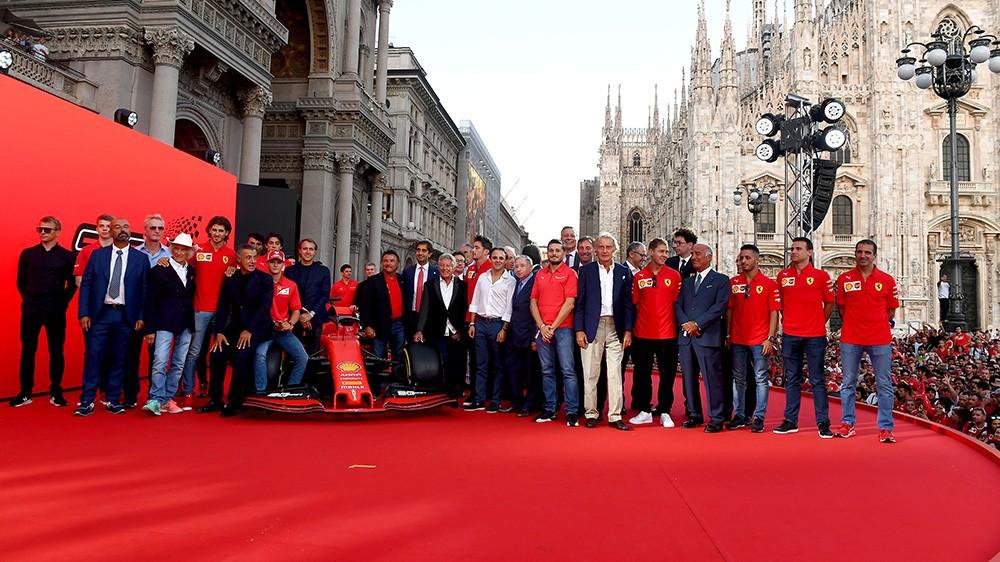 90 anni Scuderia, Vettel e Leclerc accolti da un bagno di folla a Milano