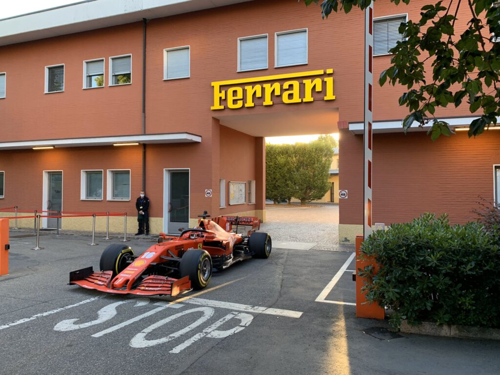 F1   Ferrari, Leclerc in giro per le strade di Maranello alle 6 del mattino con la SF1000 [VIDEO]