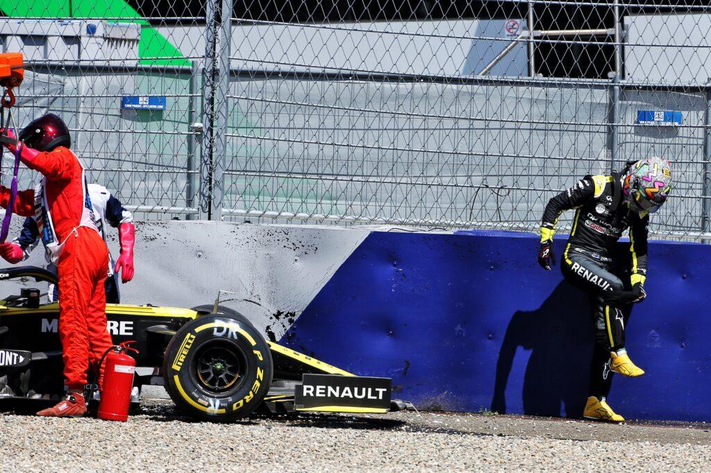 """F1   Renault, Ricciardo dopo l'incidente: """"Sto bene, mi dispiace per i ragazzi del box"""""""