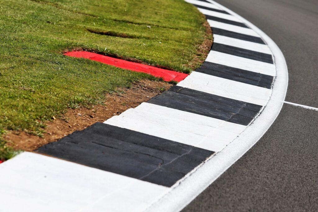 F1   Silverstone, allungato il cordolo in uscita dalle Becketts