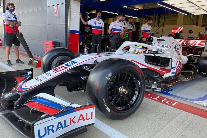F1   Schumacher e Stroll in pista a Silverstone con le Pirelli da 18″
